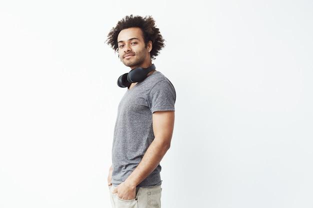 Homem africano com fones de ouvido sorrindo