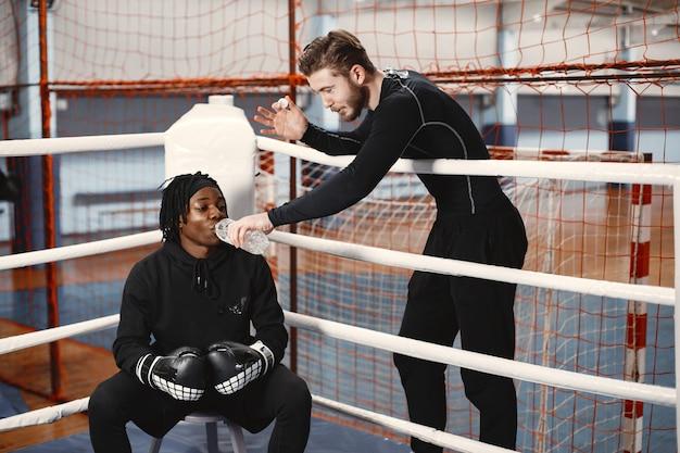Homem africano de boxe desportivo. treinamento de pessoas mistas.