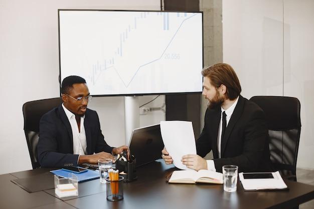 Homem africano de terno preto. parceiros internacionais.