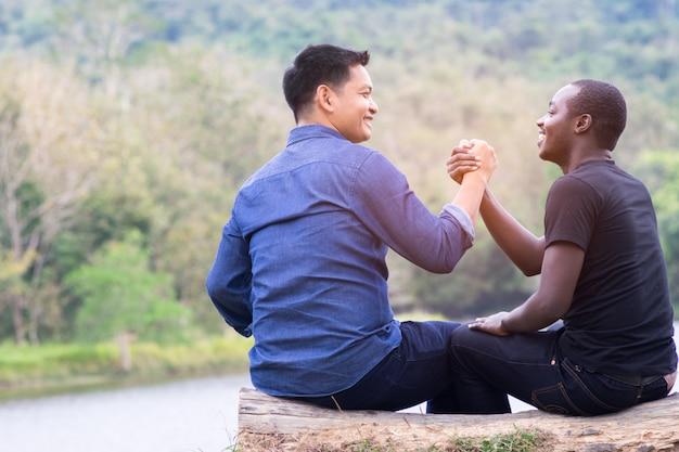 Homem africano, e, homem asian, aperto mão, com, felicidade