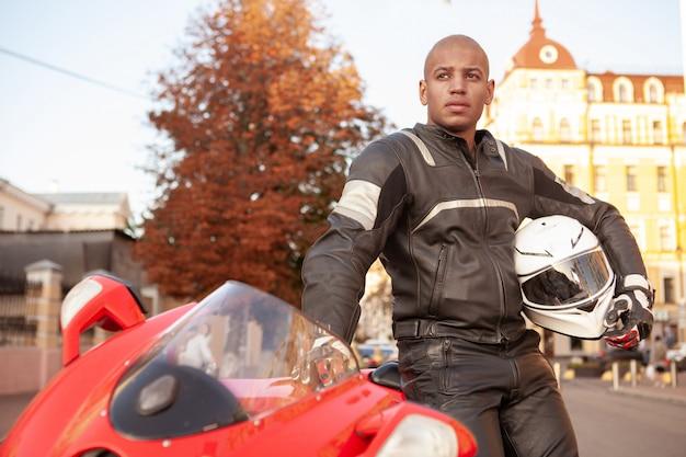 Homem africano em uma moto esporte na cidade
