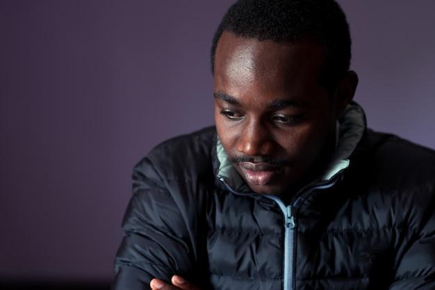 Homem africano escuro posando com uma expressão triste