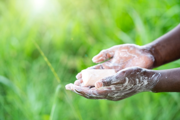 Homem africano lavando as mãos com sabão