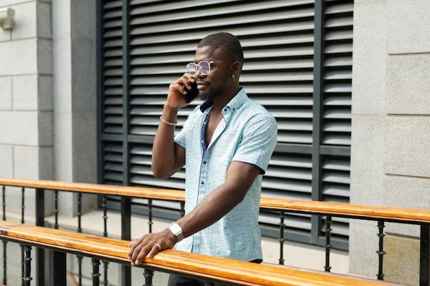Homem africano ligando ao telefone