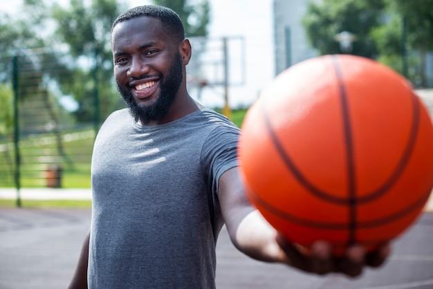 Homem africano, segurando, um, bola, tiro médio