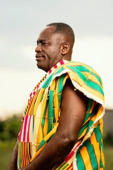 Homem africano sênior com roupas tradicionais