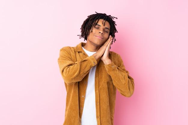 Homem africano sobre rosa