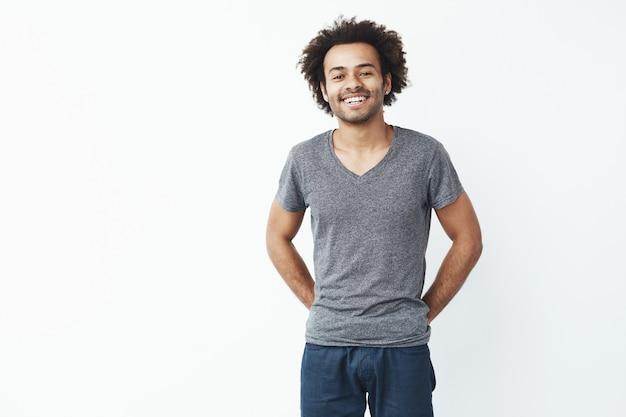 Homem africano sorrindo sobre fundo branco. copie o espaço.