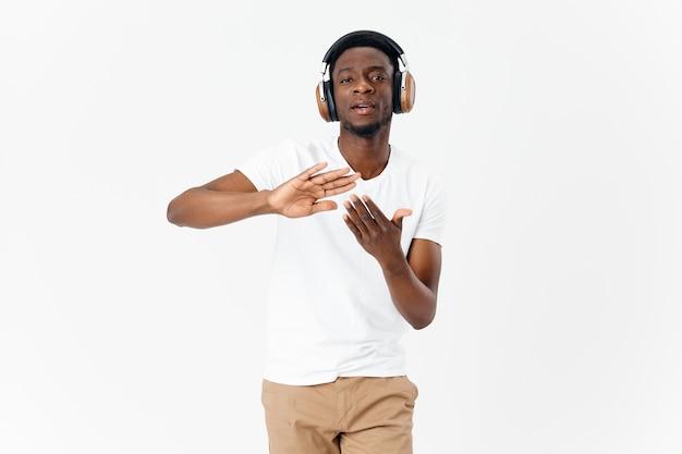 Homem africano usando fones de ouvido de folha de flandres mãos música luz de fundo