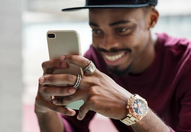 Homem africano, usando, telefone móvel