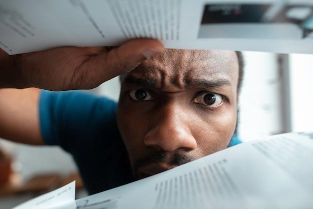 Homem afro-americano à procura de emprego