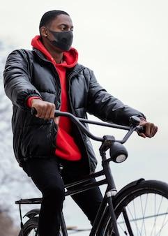 Homem afro-americano andando de bicicleta