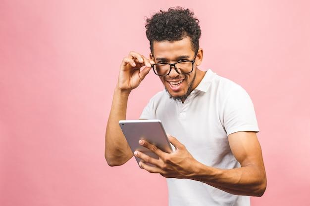Homem afro-americano animado de óculos, isolado no fundo rosa do estúdio