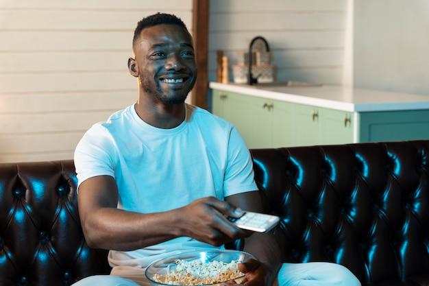 Homem afro-americano assistindo a um filme na netflix