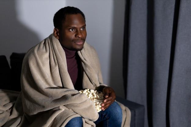 Homem afro-americano assistindo netflix em casa