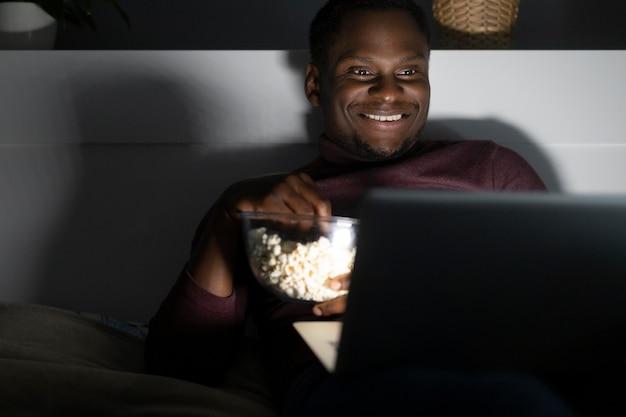 Homem afro-americano assistindo netflix