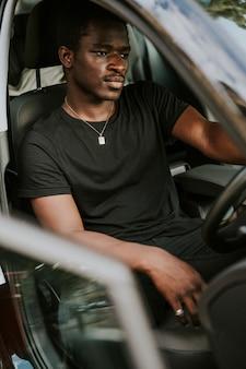 Homem afro-americano bonito dirigindo um carro