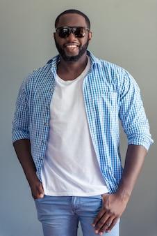 Homem afro-americano bonito em elegantes roupas casuais
