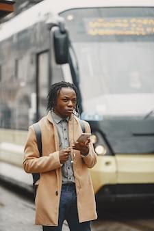 Homem afro-americano bonito em uma cidade no outono