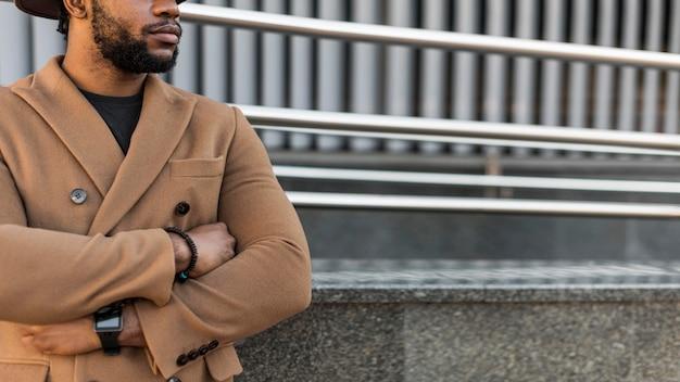 Homem afro-americano bonito falando sério com espaço de cópia