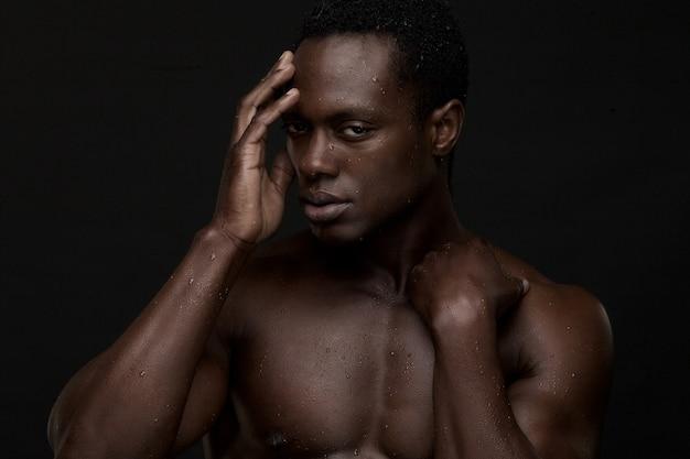 Homem afro-americano com a mão para enfrentar
