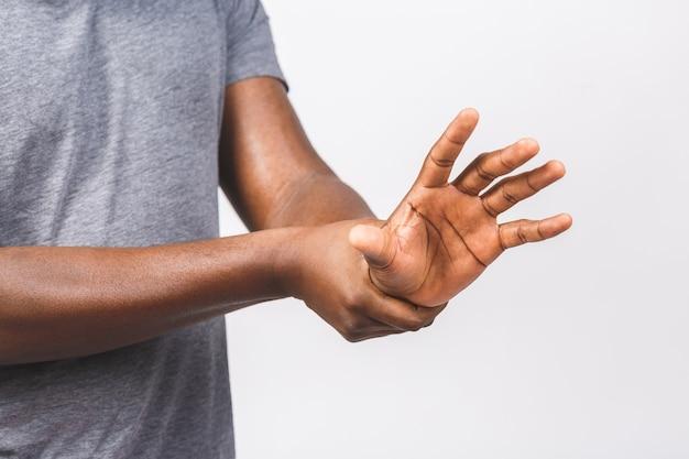 Homem afro-americano com as mãos usando o dispensador de bomba de gel desinfetante para as mãos para proteção de germes e bactérias