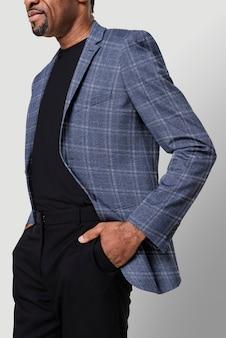 Homem afro-americano com blazer de flanela