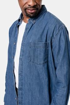 Homem afro-americano com camisa jeans de manga comprida