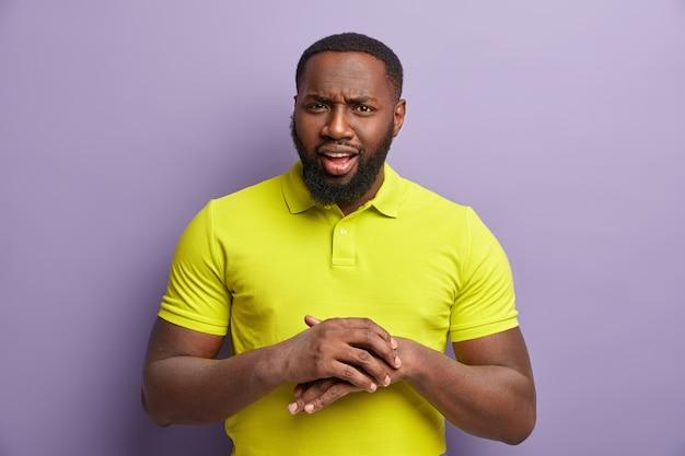 Homem afro-americano com camiseta amarela