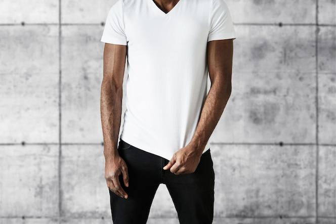 Homem afro-americano com camiseta branca
