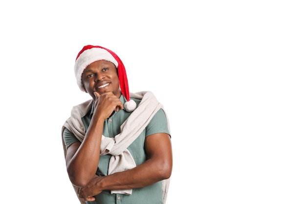 Homem afro-americano com chapéu de papai noel em fundo branco
