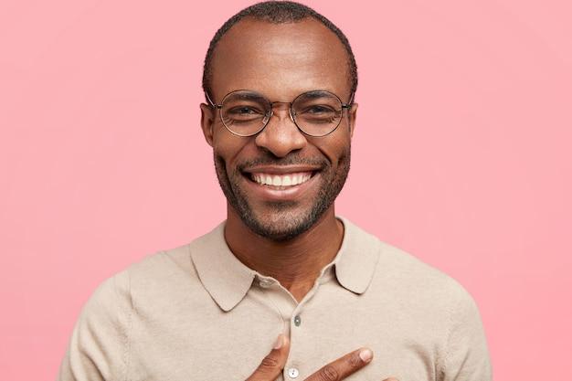 Homem afro-americano com óculos redondos