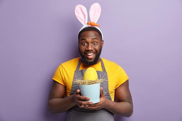 Homem afro-americano com orelhas de coelho