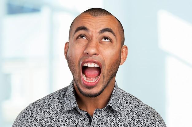 Homem afro-americano com raiva