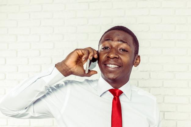 Homem afro-americano com samrtphone