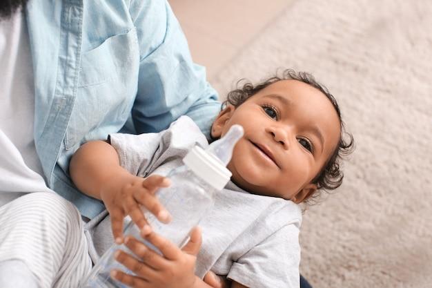 Homem afro-americano com seu lindo bebê em casa