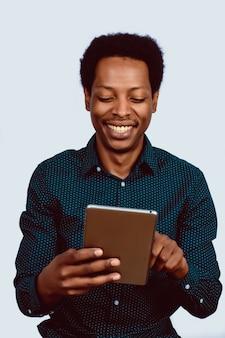 Homem afro-americano com tablet digital.