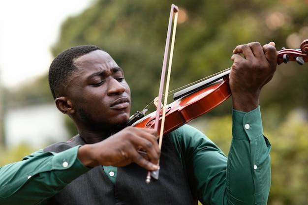 Homem afro-americano comemorando o dia internacional do jazz