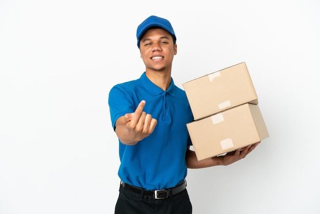 Homem afro-americano de entrega isolado no fundo branco fazendo gesto de vinda