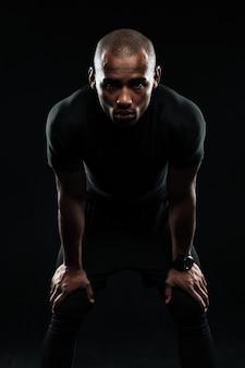 Homem afro-americano de esportes, descansando depois de treino