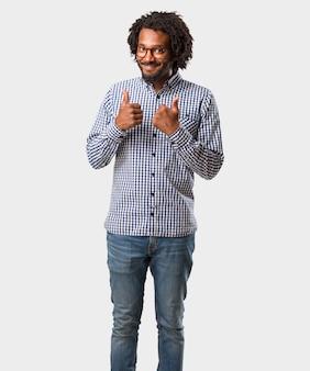 Homem afro-americano de negócios bonito alegre e animado