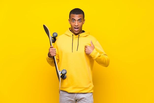 Homem afro-americano de skatista com expressão facial de surpresa