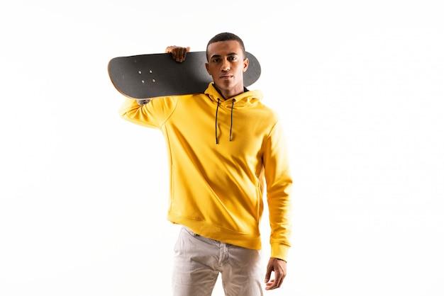 Homem afro-americano de skatista sobre branco isolado