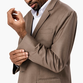 Homem afro-americano de terno marrom