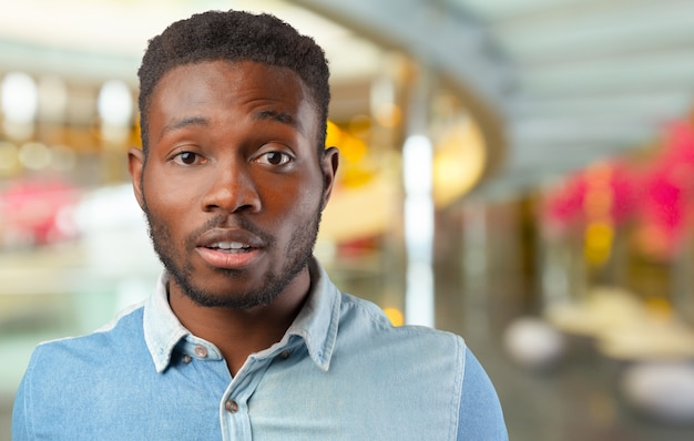 Homem afro-americano desesperado em choque. empresário negro em completo desespero