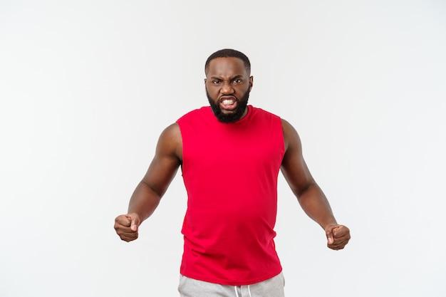Homem afro-americano do esporte jovem infeliz e frustrado com algo.