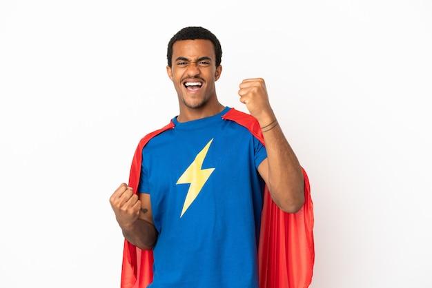 Homem afro-americano do super-herói sobre fundo branco isolado, comemorando uma vitória