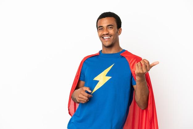 Homem afro-americano do super-herói sobre fundo branco isolado fazendo gesto de guitarra