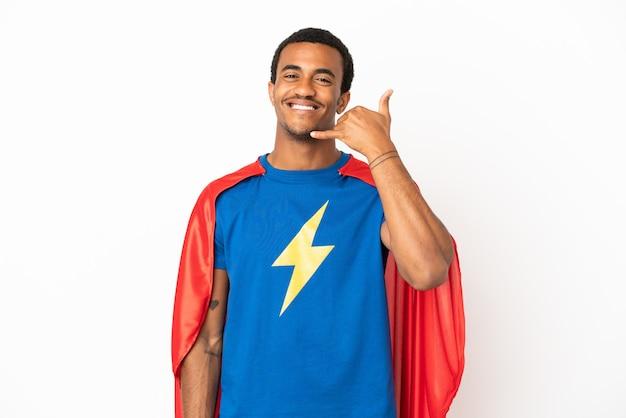 Homem afro-americano do super-herói sobre fundo branco isolado, fazendo gesto de telefone. ligue-me de volta sinal