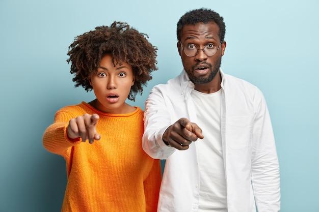 Homem afro-americano e mulher posando